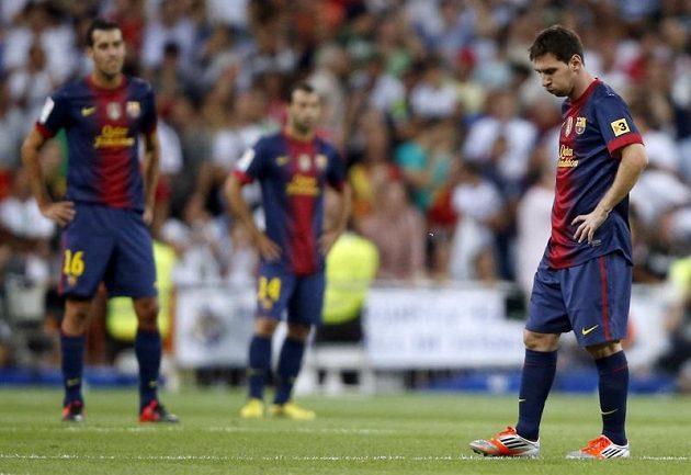 Smutní fotbalisté Barcelony. Vpravo Lionel Messi.