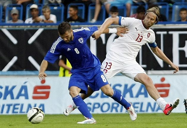 Jaroslav Plašil (v bílém) a Perparim Hetemaj z Finska v úterním přátelském utkání.