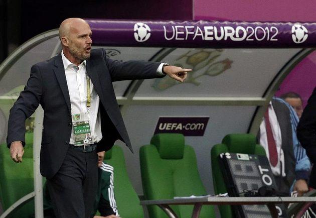 Trenér české reprezentace Michal Bílek udílí pokyny během utkání s Řeckem