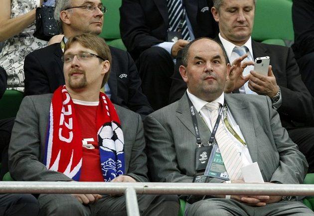 Utkání Bílkova týmu s Ruskem na EURO si nenechal v doprovodu šéfa českého fotbalu Miroslava Pelty (vpravo) ujít ani ministr dopravy Pavel Dobeš