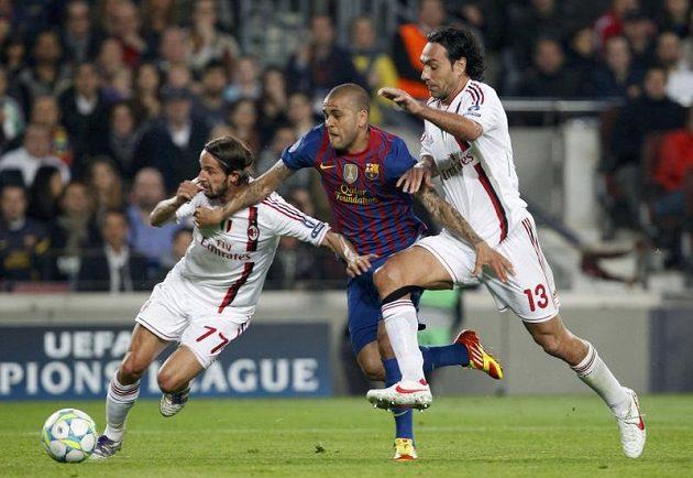 Daniel Alves z Barcelony (uprostřed) se prodírá mezi Lukou Antoninim (vlevo) a Alessandrem Nestou z AC Milán.