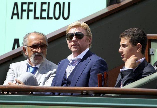 Zápas Rafaela Nadala s Davidem Ferrerem na French Open si nenechal ujít ani někdejší vynikající německý tenista Boris Becker (uprostřed)