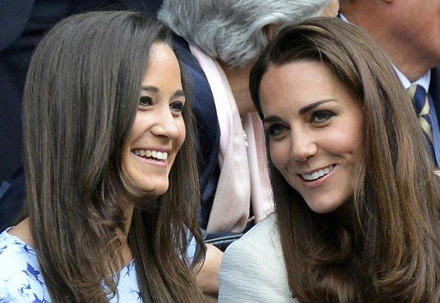 Mužské finále dvouhry Wimbledonu si nenechaly ujít ani manželka britského prince Williama Kate (vpravo), se svojí sestrou Pippou Middletonovou