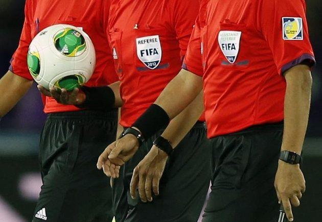 Rozhodčí Djamel Haimoudi (uprostřed) přináší míč pro zápas mezi Hirošimou a Auklandem, v němž se systém GoalRef začal testovat.