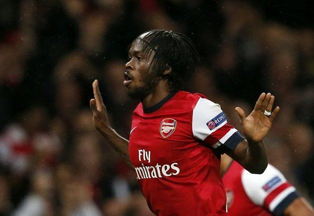 Gervinho z Arsenalu se raduje z branky.