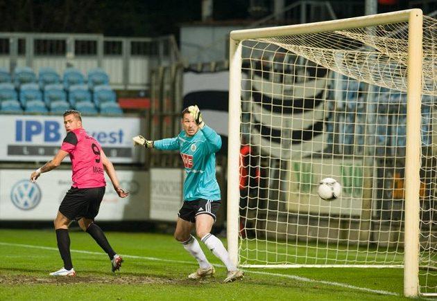 Českobudějovický brankář Michal Daněk pouští první gól, vlevo přihlíží útočník Boleslavi Jakub Mareš.