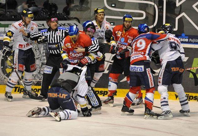 Hromadná bitky ve druhém semifinále mezi hokejisty Pardubic a Liberce.