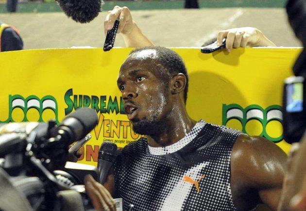 Usain Bolt hovoří s novináři při jamajské kvalifikaci po porážce na dvousetmetrové trati.