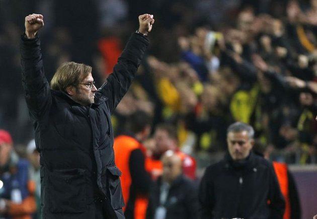 Trenér Borussie Dortmund Jürgen Klopp (vlevo) se raduje z gólu. Vpravo smutný kouč Realu Madrid José Mourinho.