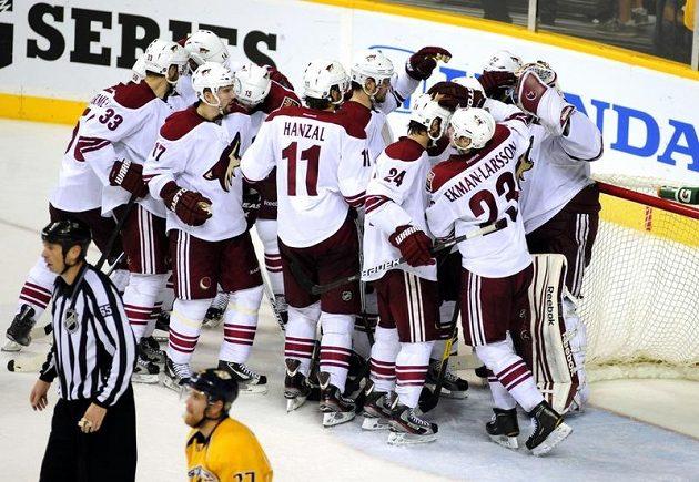 Hráči Phoenixu oslavují jednogólové vítězství nad Predátory.