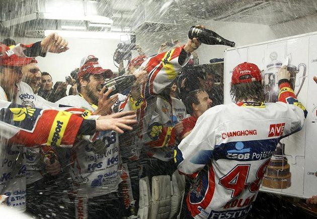 V pardubické kabině šampaňské teklo při oslavách proudem.