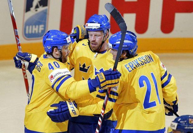 Henrik Zetterberg, Johan Franzen a Loui Eriksson ze Švédska se radují z prvního gólu v síti českého týmu.