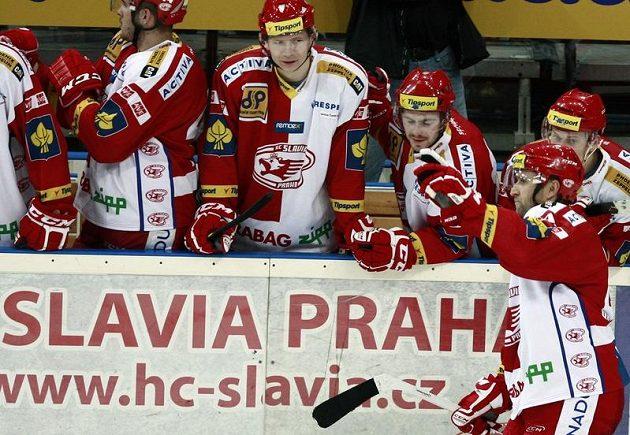 Jaroslav Bednář (vpravo) proměnil rozhodující nájezd proti Plzni a o radost se spoluhráči se raduje z vítězství.