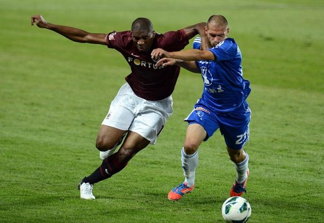Sparťanský útočník Léonard Kweuke bojuje o míč s olomouckým obráncem Michalem Vepřekem.