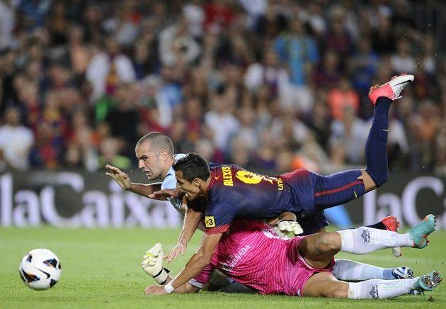 Barcelonský útočník Alexis Sánchez (v popředí) v souboji se stoperem Borjou Gomezem a brankářem Granady Tonem.