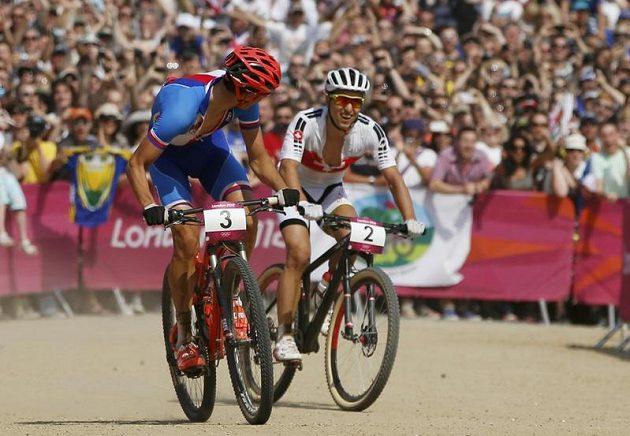 Finiš olympijského závodu horských kol. Vlevo vítěz Jaroslav Kulhavý, vpravo druhý Švýcar Nino Schurter