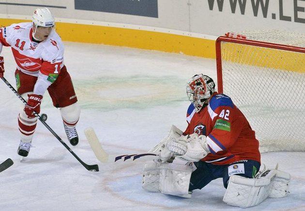 Eduard Levandovski ze Spartaku ohrožuje brankáře HC Lev Tomáše Pöpperleho.