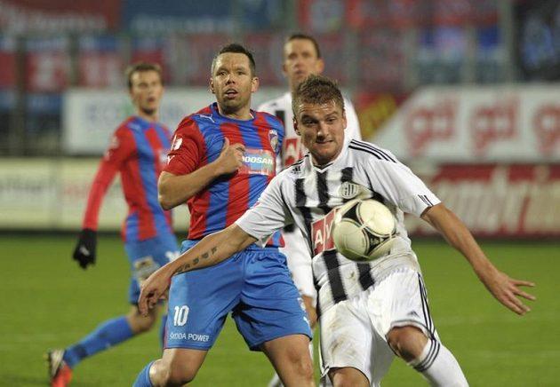 Filip Rýdel z Českých Budějovic odkopává míč před Pavlem Horváthem z Plzně.