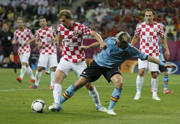 Španělovi Fernandu Torresovi (vpravo) bere míč Ivan Strinič z Chorvatska.