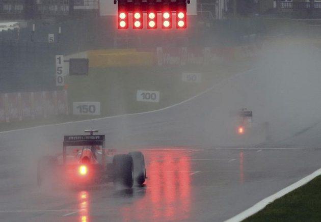 Odraz startovacích světel ve vrstvě vody při tréninku na GP Belgie.