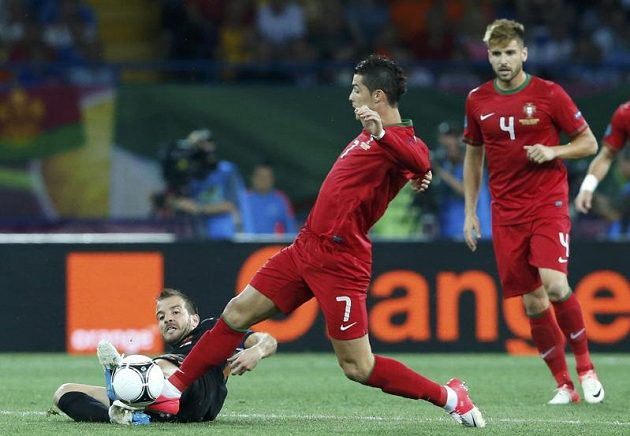 Cristiano Ronaldo z Portugalska bojuje o míč s Gregorym van der Wielem z Nizozemska.
