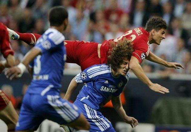 Střelec Bayernu Mario Gomez v souboji s Davidem Luizem z Chelsea