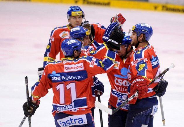 Pardubičtí hokejisté se radují z gólu proti Chomutovu.