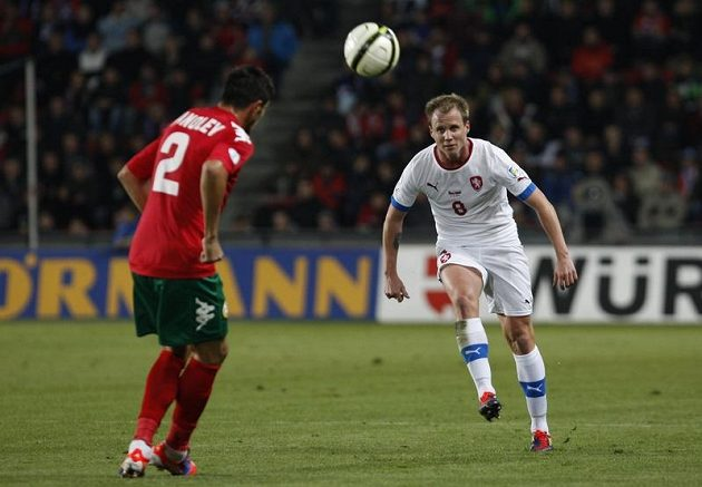 David Limberský centruje míč přes Stanislava Manoleva z Bulharska.