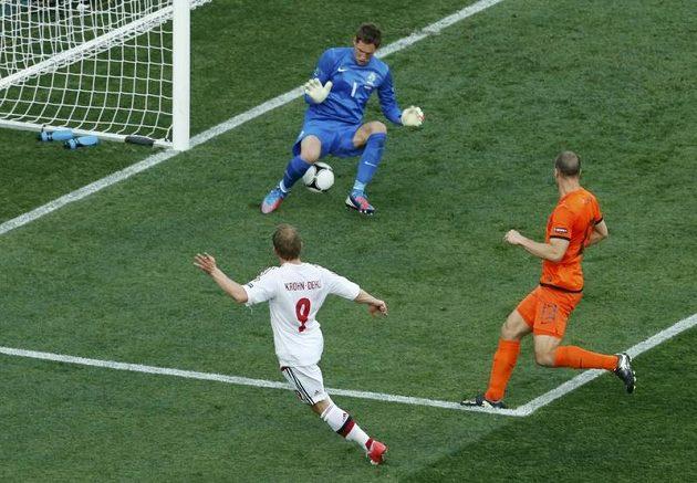 Dánský fotbalista Michael Krohn-Dehli takto překonal nizozemského gólmana Maartena Stekelenburga.
