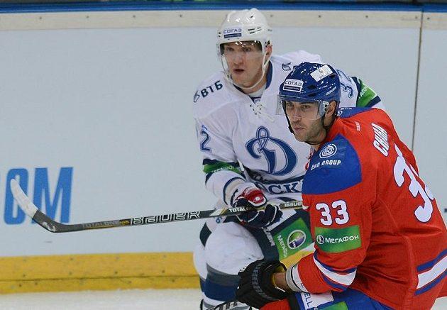 Kanonýr Alexandr Ovečkin z Dynamo Moskva (vlevo) a Zdeno Chára z Lva Praha.
