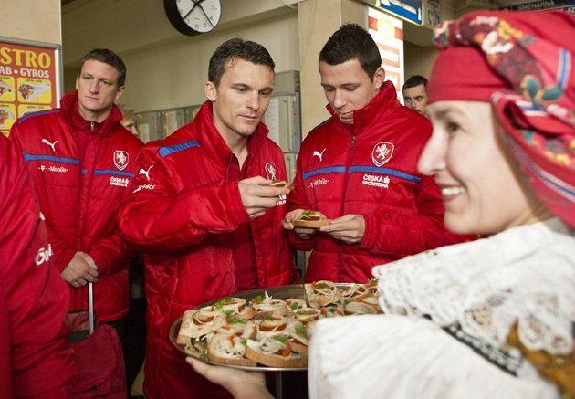 Fotbaloví reprezentanti David Lafata (vlevo) a Marek Suchý si pochutnávají na olomouckých lahůdkách.