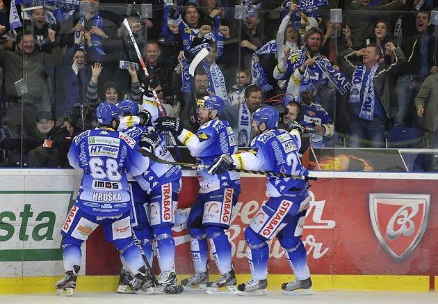 Radost brněnských hokejistů z vítězného gólu ve třetím finále proti Pardubicím.