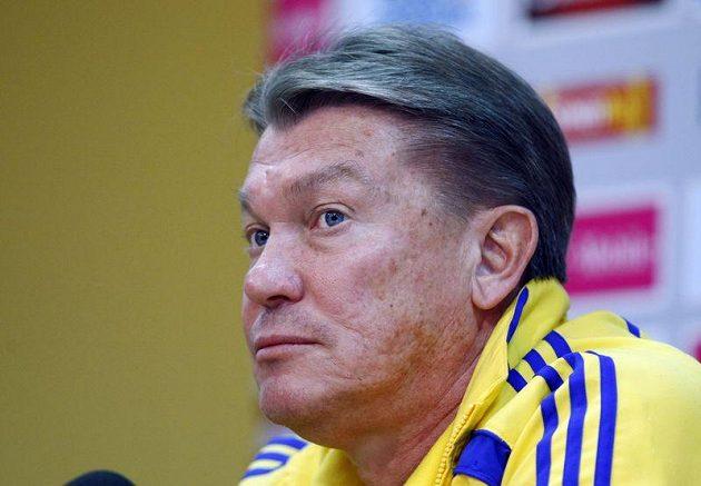 Trenér Ukrajiny Oleg Blochin mluví s novináři na tiskové konferenci.