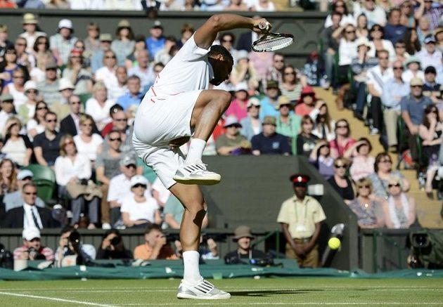 Jo-Wilfried Tsonga dostal v semifinále Wimbledonu nepříjemný zásah do rozkroku.