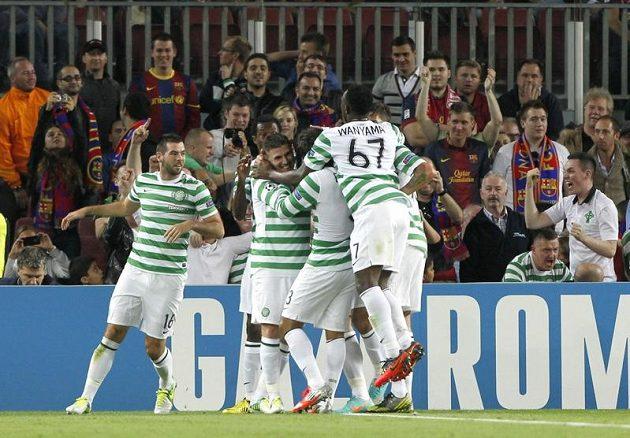 Giorgio Samaras v obležení spoluhráčů poté, co vstřelil vedoucí gól na hřišti barcelony