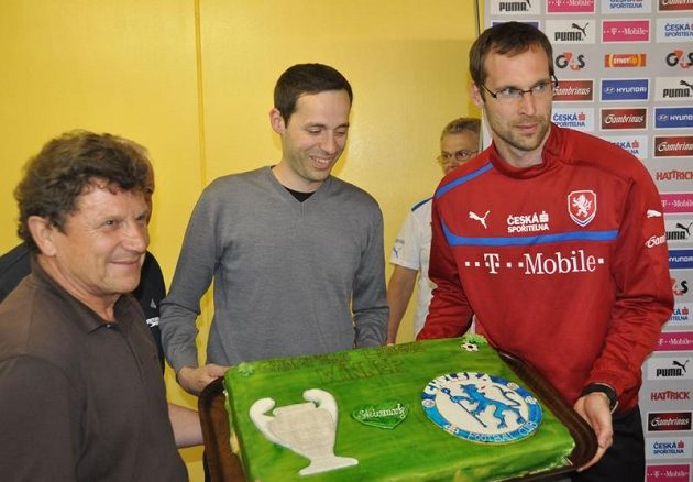 Brankář Petr Čech dostal po příjezdu za národním týmem od místních pořadatelů dort za vítězství v Lize mistrů