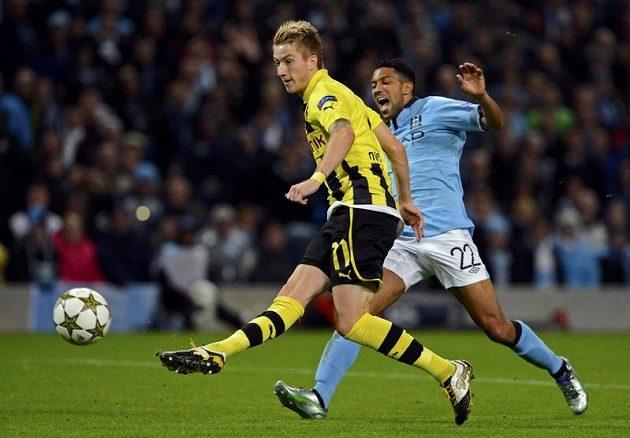 Marco Reus (vlevo) z Borussie Dortmund střílí gól německého mistra v duelu s Manchesterem City, Gaël Clichy už zasáhnout nestačil