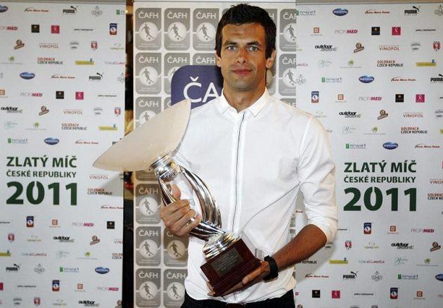 Gólman Aleš Hruška s trofejí pro nejlepšího brankáře Gambrinus ligy za sezónu 2011-2012.