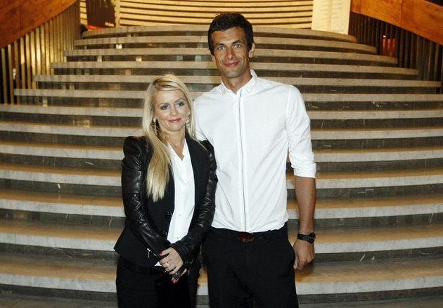 Brankář Aleš Hruška s družkou Romanou.