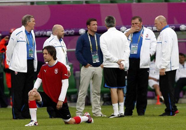 Tomáš Rosický se protahuje na tréninku reprezentace