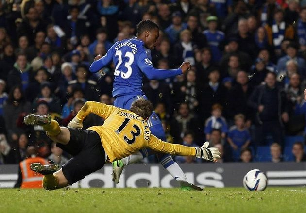 Útočník Chelsea Daniel Sturridge takhle překonal brankáře Manchesteru Anderse Lindegaarda.