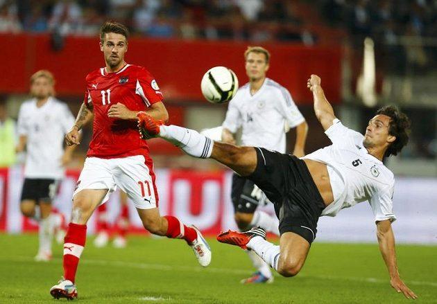 Rakouský fotbalista Martin Harnik v souboji s německým stoperem Matsem Hummelsem během kvalifikačního zápasu o postup na MS 2014.