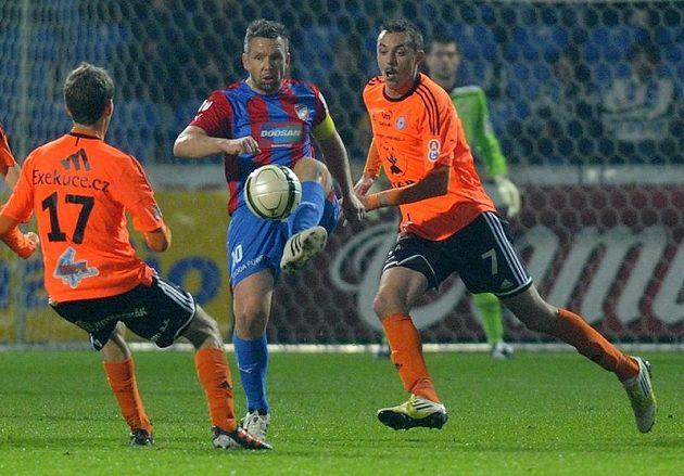 Plzeňský kapitán Pavel Horváth (uprostřed) odkopává míč před olomouckým Tomášem Hořavou (vlevo). Vpravo přihlíží útočník Michal Ordoš.