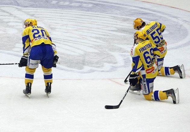 Zdrcení zlínští hokejisté po vyřazení v rozhodující sedmé bitvě čtvrtfinále play-off.