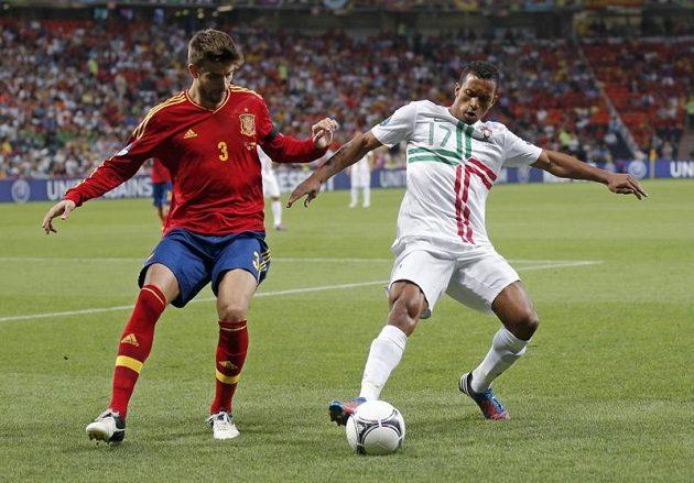 Španělský stoper Gerard Piqué (vlevo) bojuje o míč s Nanim v semifinálovém duelu s Portugalci