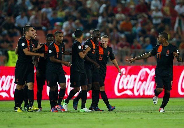 Nizozemští fotbalisté se radují z branky do sítě Maďarska.
