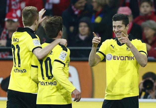 Robert Lewandowski (vpravo) z Borussie Dortmund slaví svou trefu do sítě Mainzu. Gratulují mu spoluhráči Marco Reus (vlevo) and Mario Götze.