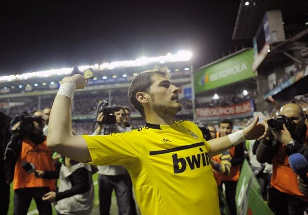 Brankář madridských Iker Casillas hází rukavice nadšeným divákům.
