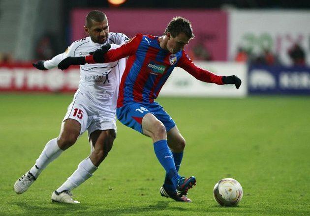 Salim Toama (vlevo) z Hapoelu a plzeňský Vladimír Darida v utkání 4. kola Evropské ligy.