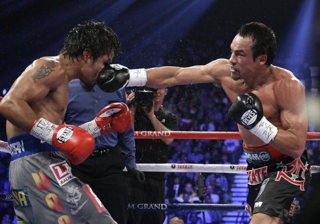 Přesný úder Mexičana Manuela Marqueze (vpravo) do tváře Mannyho Pacquiaoa z Filipín.